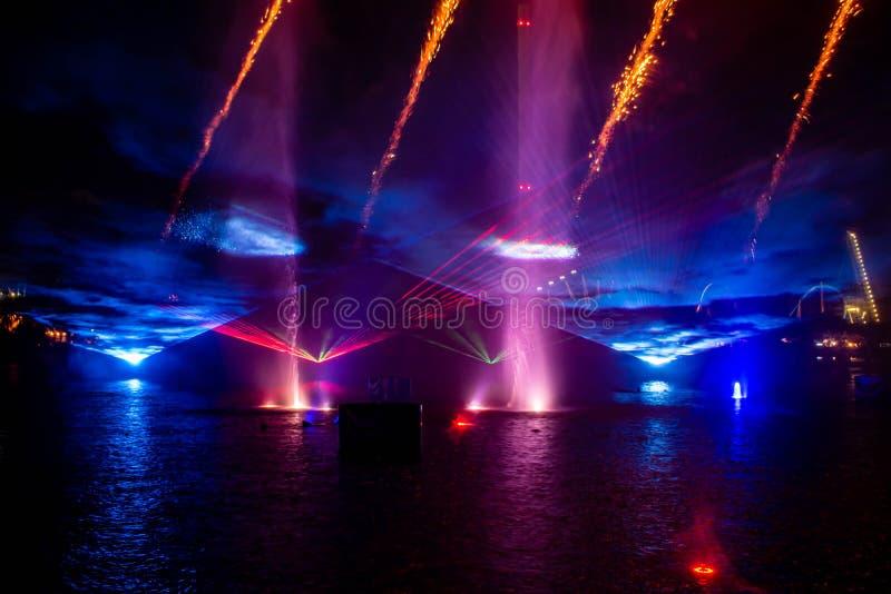 Feu d'artifice , fontaines de danse et lumières colorées dans l'Océan électrique à Seaworld 1 photographie stock