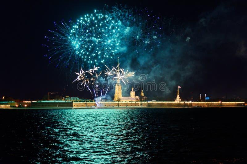 Feu d'artifice sur Neva River la nuit St Petersburg, Russie photo libre de droits