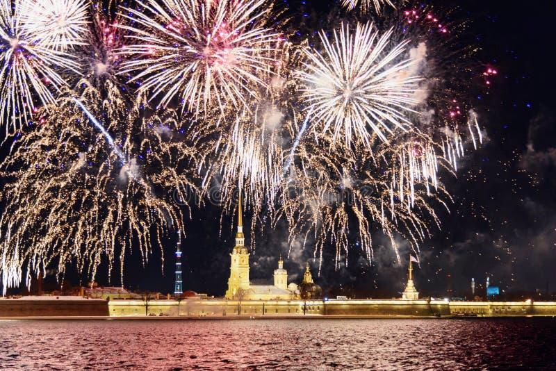 Feu d'artifice sur Neva River la nuit St Petersburg, Russie photos libres de droits