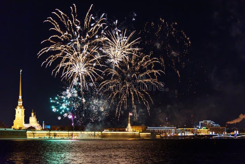 Feu d'artifice sur Neva River la nuit St Petersburg, Russie photo stock