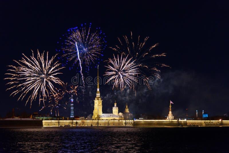 Feu d'artifice sur Neva River la nuit St Petersburg, Russie image libre de droits