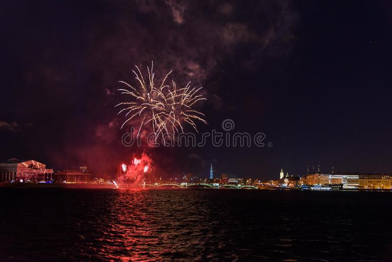 Feu d'artifice sur Neva River la nuit St Petersburg, Russie images stock
