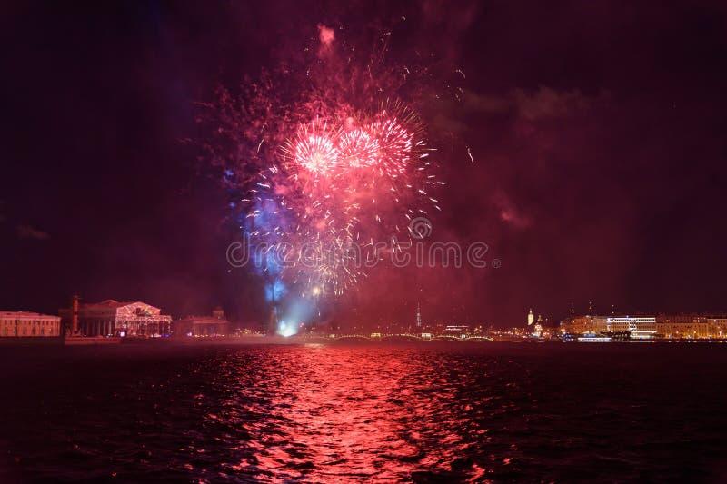 Feu d'artifice sur Neva River la nuit St Petersburg, Russie photographie stock