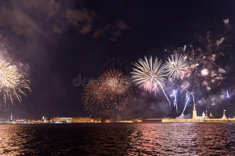 Feu d'artifice sur Neva River la nuit St Petersburg, Russie photos stock