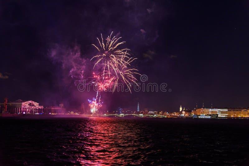 Feu d'artifice sur Neva River la nuit St Petersburg, Russie images libres de droits