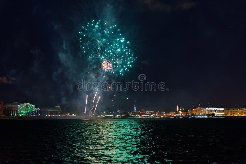 Feu d'artifice sur Neva River la nuit St Petersburg, Russie photographie stock libre de droits