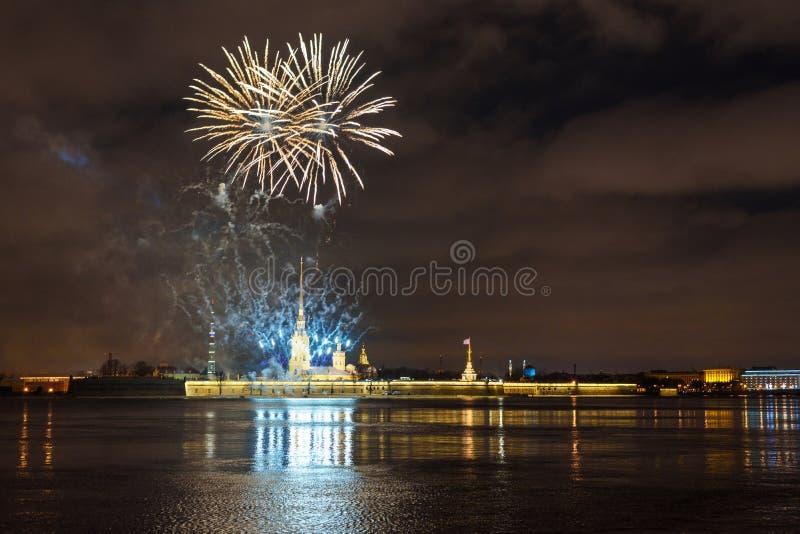 Feu d'artifice sur Neva River la nuit St Petersburg, Russie image stock