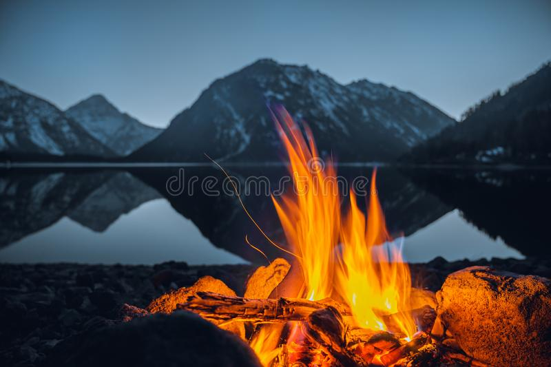Feu de camp au plansee de lac photographie stock