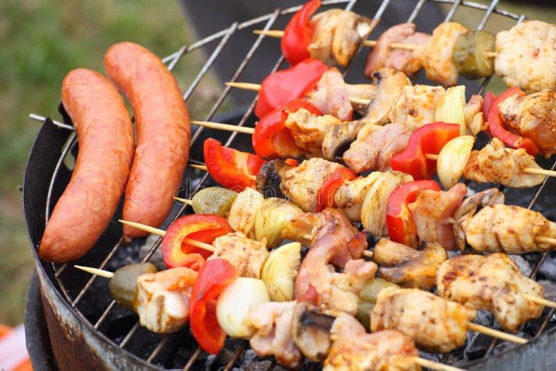 Feu de camp de feu grillant le bifteck sur le BBQ photographie stock libre de droits