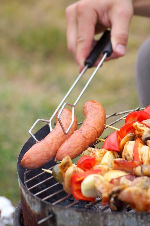 Feu de camp de feu grillant le bifteck sur le BBQ photos libres de droits