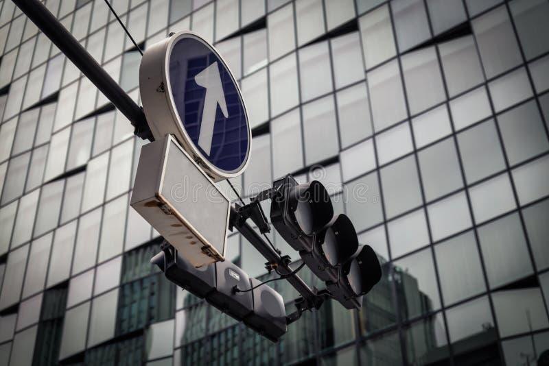 Feu de signalisation à l'arrière-plan du centre d'immeuble d'Osaka et de bureaux images stock