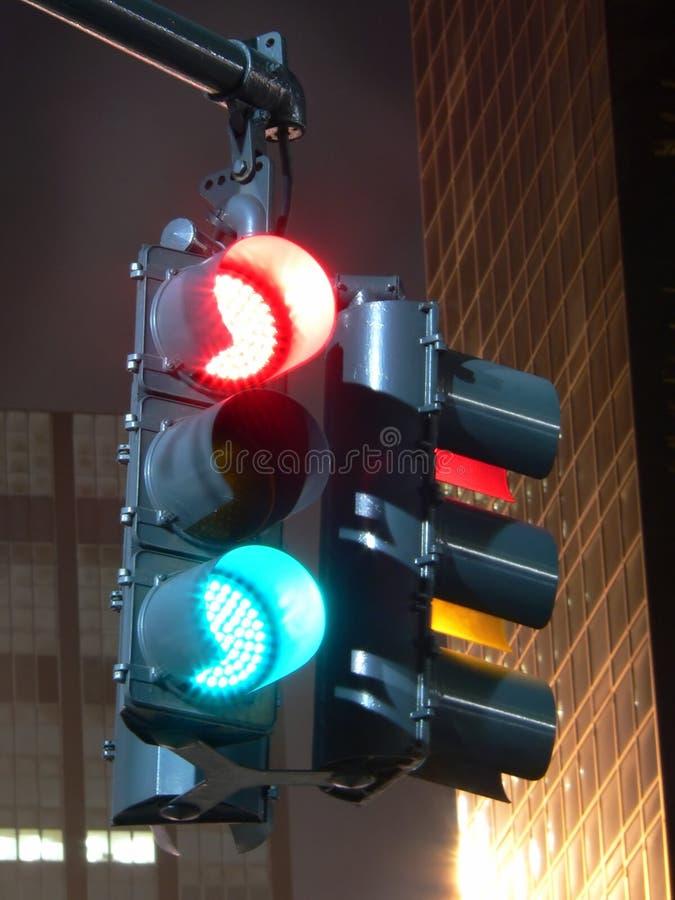 Feu de signalisation confus la nuit - longue photo d'exposition image stock