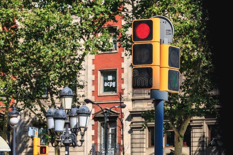 Feu de signalisation dans une rue de ville qui interdit le passage du VE photos libres de droits