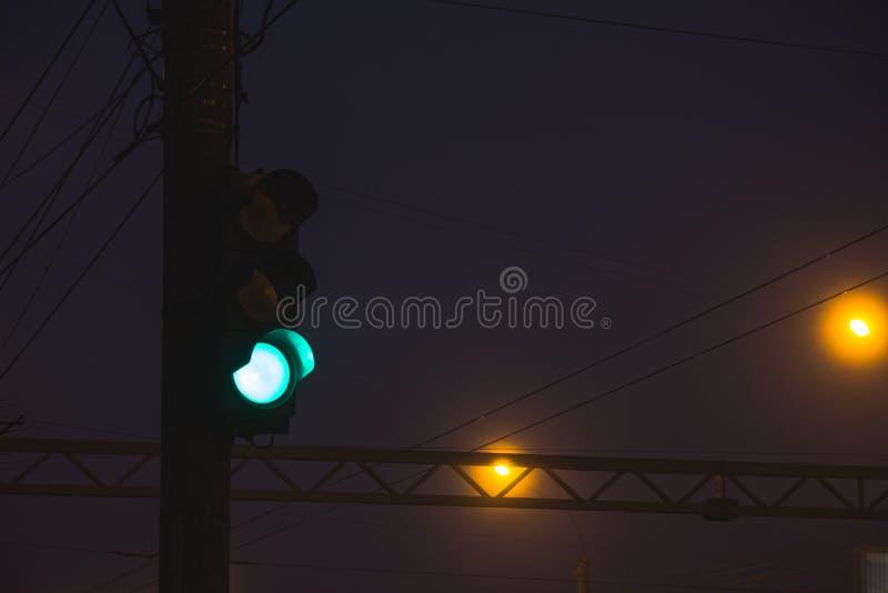 Feu de signalisation en brouillard image stock