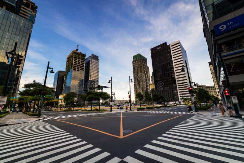 Feu de signalisation et rue en coupe images stock
