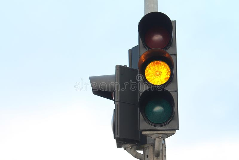 Feu de signalisation jaune d'isolement photographie stock libre de droits
