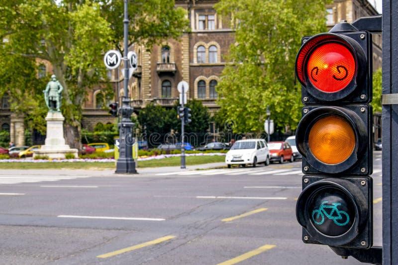 Feu de signalisation sur l'avenue d'Andrássy - la rue principale de la capitale hongroise Lumière rouge - le trafic est arrêté photos stock