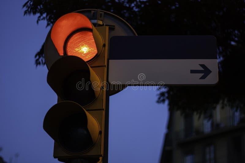 Feu de signalisation sur le rouge avec la plaque de rue vide pour l'espace de copie images libres de droits
