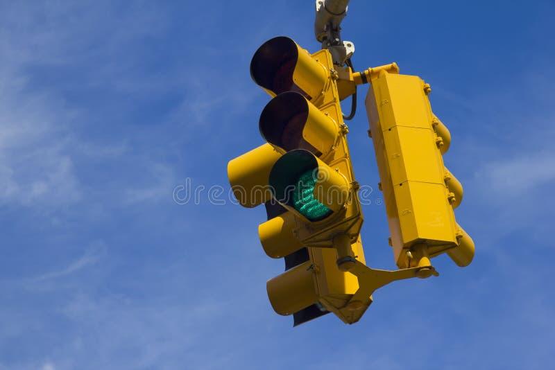 Feu de signalisation sur le vert photos stock