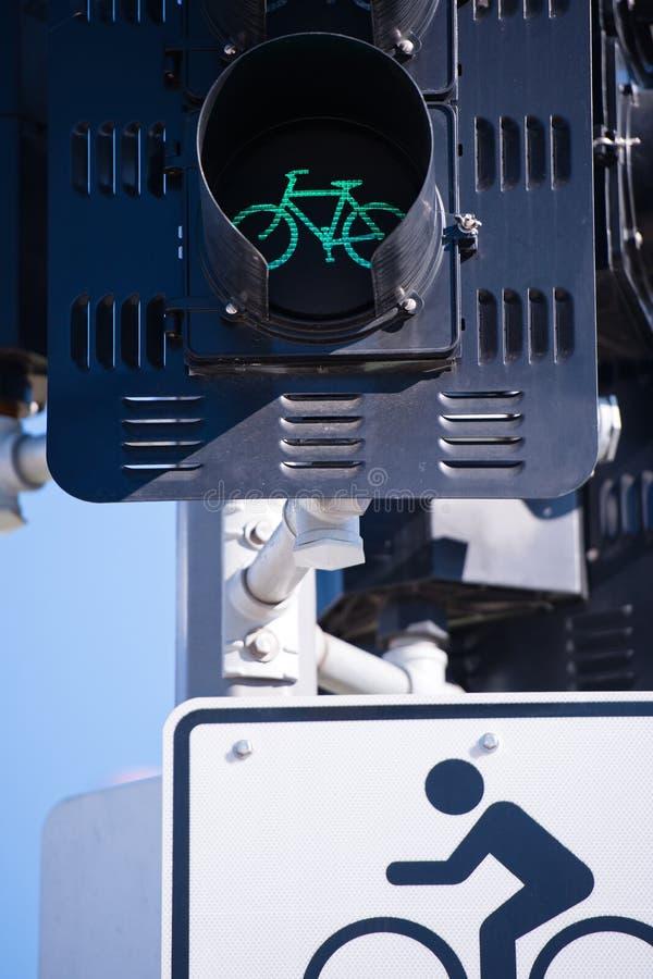 Feu et panneau routier de signalisation verts pour des cyclistes image stock