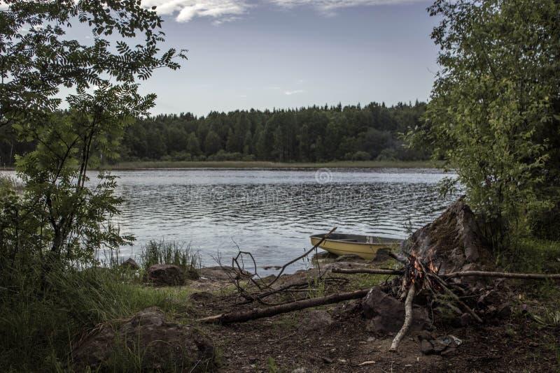 Feu sur le rivage du lac image stock