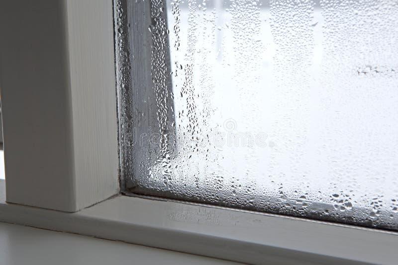 Feuchtigkeit an einem Fenster lizenzfreie stockfotos