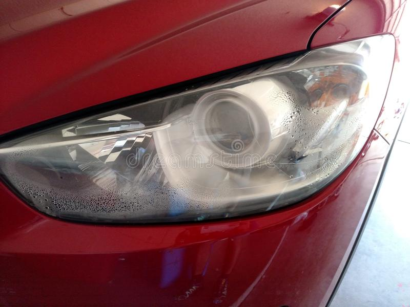 Feuchtigkeit im Scheinwerfer nach Autounfall lizenzfreie stockfotos