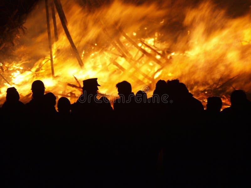 Am Feuer lizenzfreie stockbilder