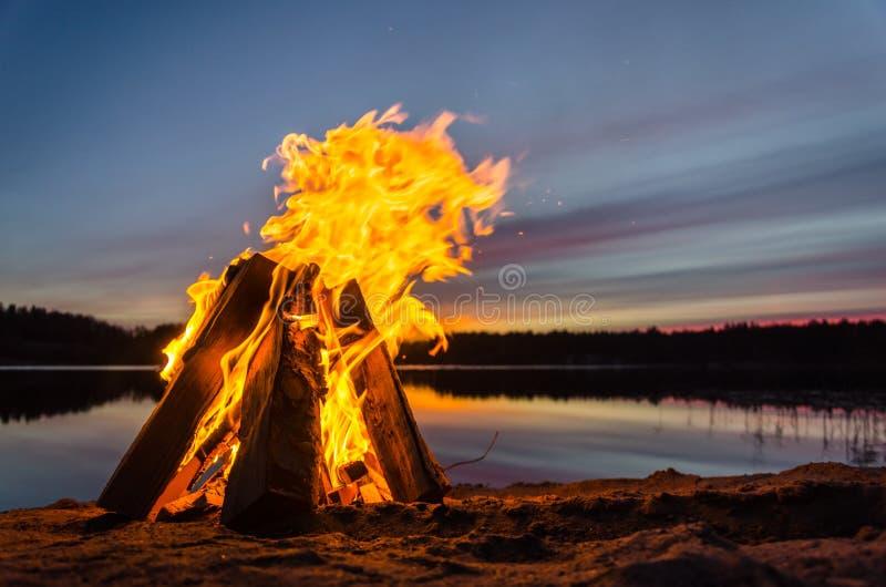 Feuer auf dem Strandsand stockfotografie