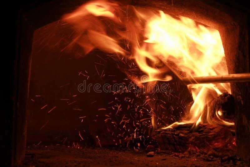 Feuer auf einem hölzernen Ofen stockbilder
