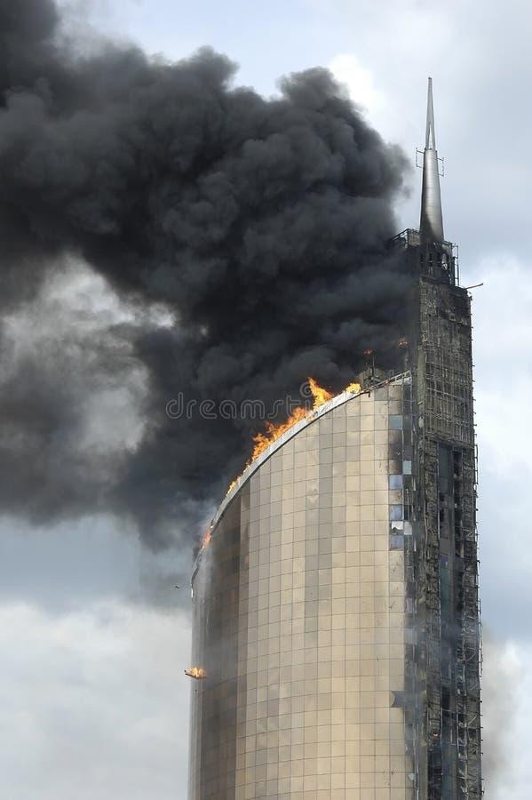 Feuer auf hoch gelegenem Gebäude stockbild