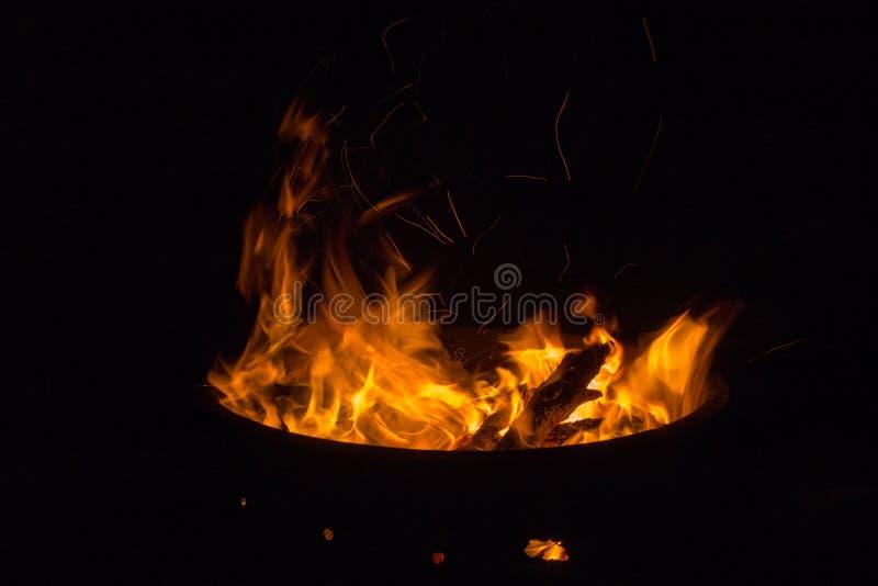 Feuer auf schwarzem Hintergrund lizenzfreie stockbilder