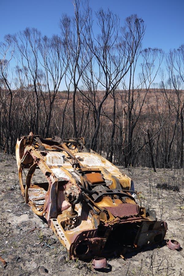 Feuer Australiens Busch: gebranntes Autowrack stockbilder