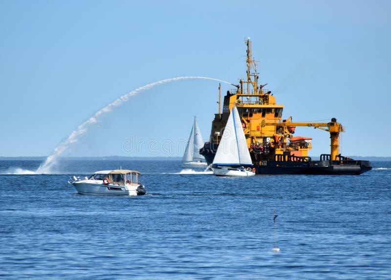 Feuer-Boot in Aktionssprühwasser auf dem Meer und dem haben Spaß stockfotos