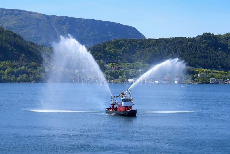 Feuer-Boot bei Alesund stockfoto