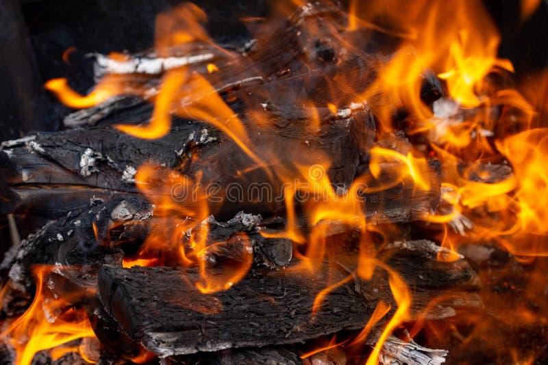 Feuer brennt für einen Kebab stockfoto
