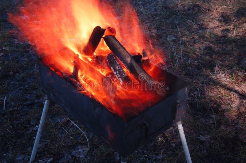 Feuer brennt im Grill stockfotos
