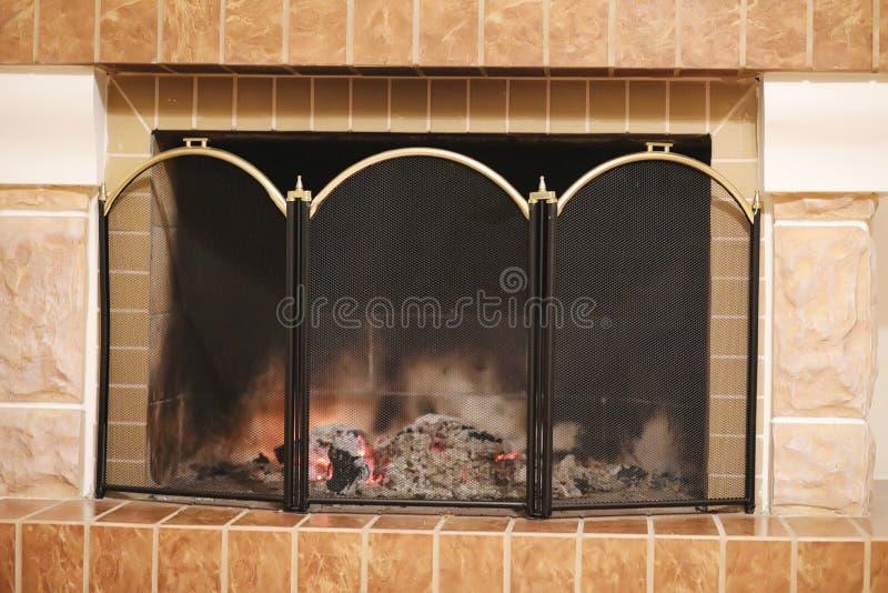 Feuer brennt im Hauptkamin lizenzfreie stockfotos
