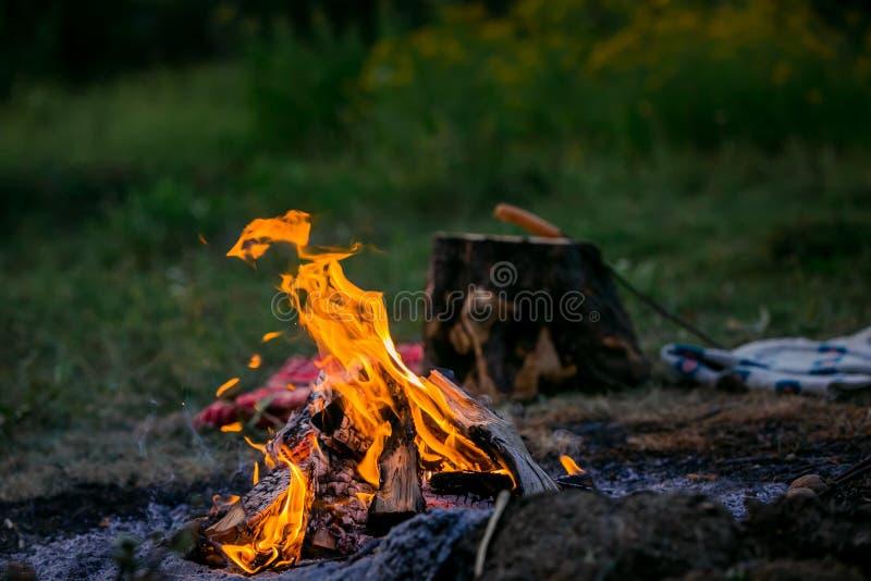 Feuer, das auf der Straße brennt Grillfrankfurter stockfotos