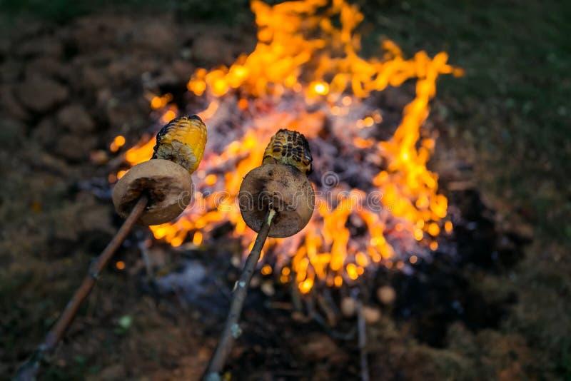 Feuer, das auf der Straße brennt Grillfrankfurter lizenzfreie stockfotos