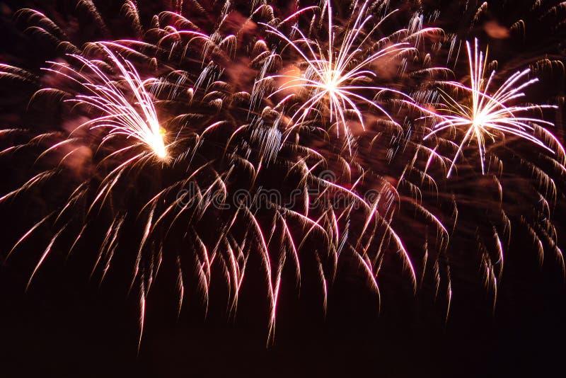 Feuer, das festliche Feuerwerke auf dem Hintergrund des n?chtlichen Himmels zerstreut lizenzfreie stockfotos