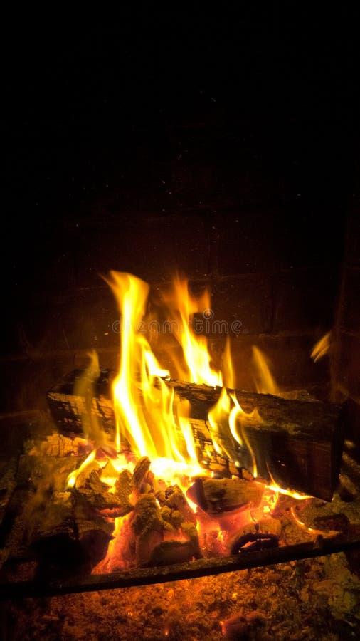 Feuer, das mit Glut brennt lizenzfreies stockbild