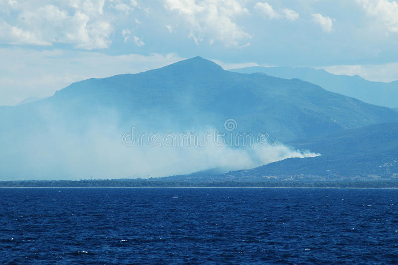 Feuer in den korsischen Bergen stockbild