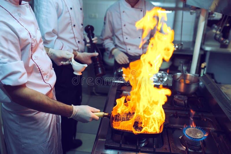 Feuer in der K?che Feuergasbrand kocht auf Eisenstein, das heiße Aufruhrfeuer sehr lizenzfreies stockbild