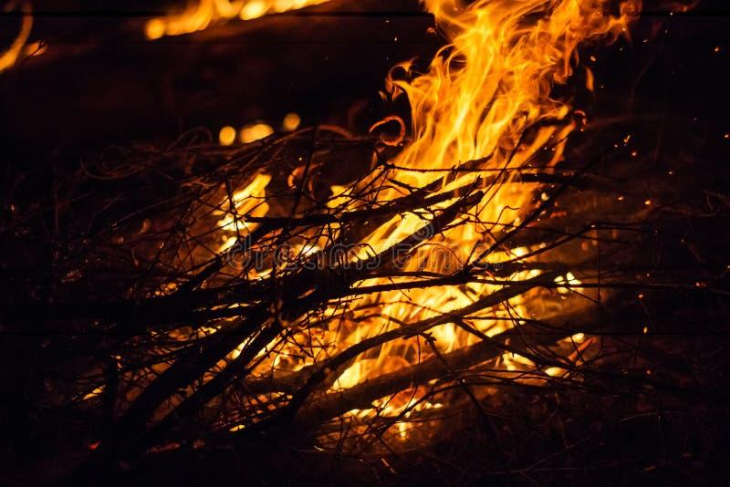 Feuer in der Nacht lizenzfreie stockbilder