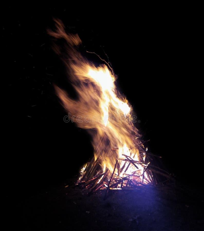 Feuer in der Nacht lizenzfreie stockfotos