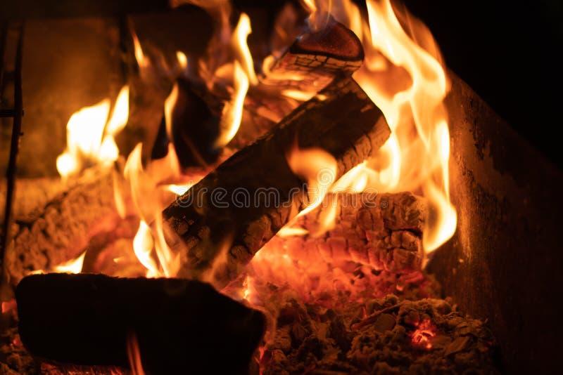 Feuer in der Nacht, Glut, Tapetenweinlese, clouse oben lizenzfreie stockfotografie