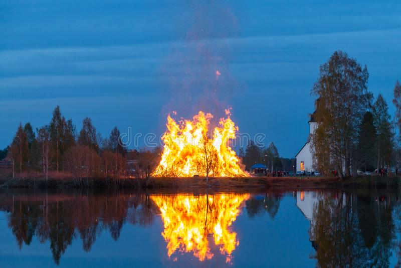 Feuer durch den Fluss stockbilder