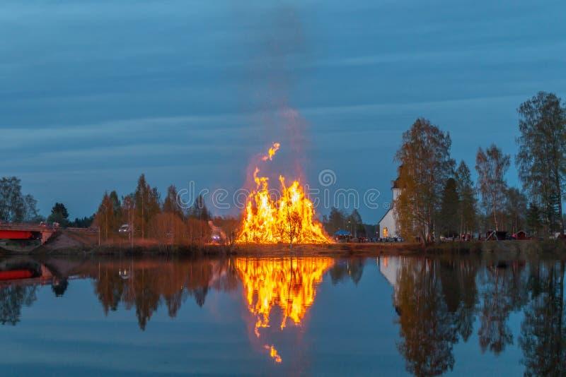 Feuer durch die Flussfeier von Walpurgisnacht stockfoto
