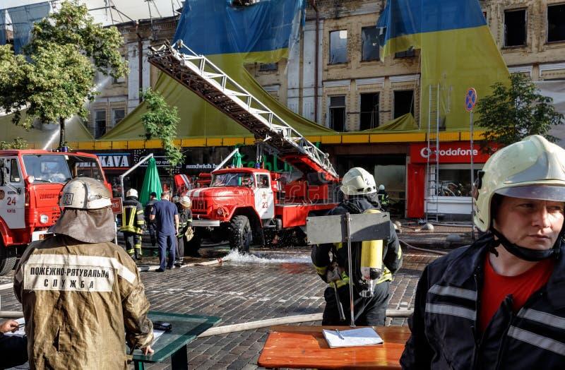 Feuer in einem dreistöckigen Haus in Kiew stockfotografie